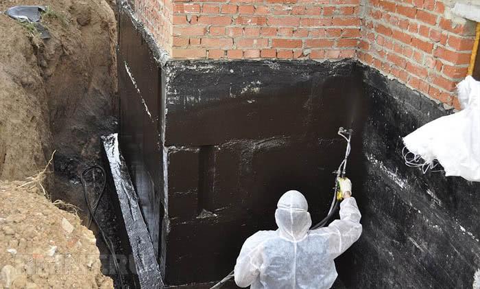 Гидроизоляция между кладкой стен и фундаментом жидкой резиной